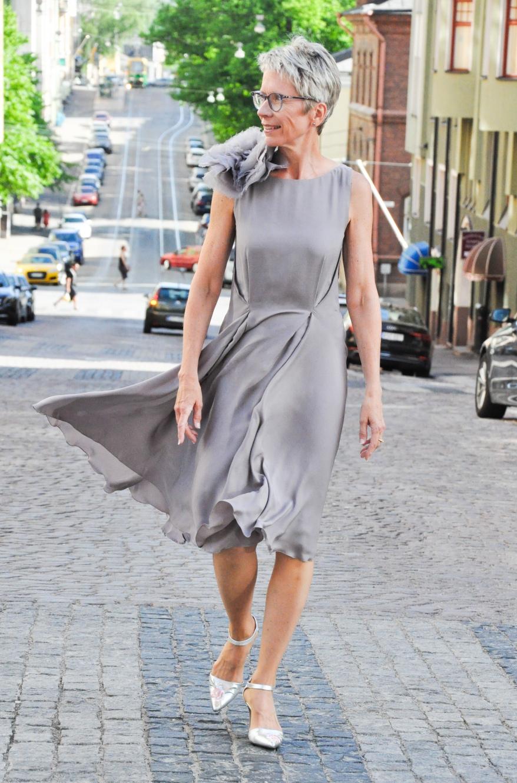 Silkki Georgette kankaasta muotoiltu laskeutuva mekko organza kangaskukalla.