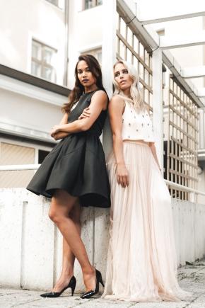 Yes Girl Kriselda mustassa coctailmekossa ja Yes Girl Petra puuterin värisessä tyllihelmaisessa mekossa. Yhteistyössä Feditedin kanssa. Kuvaaja Mikael Kuitunen.